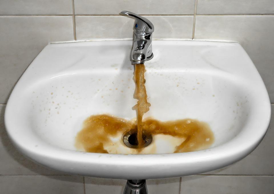 špinavá voda v umývadle