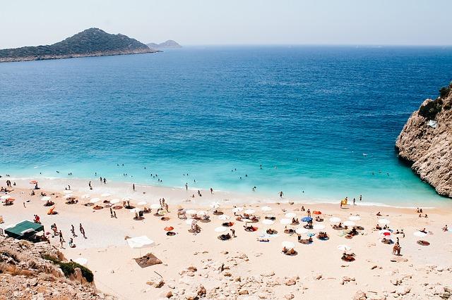 Piesočnatá pláž s množstvom turistov v Turecku